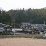 沢田城跡のあたり。中央やや左に小林寺の屋根が見える(兵庫県篠山市)